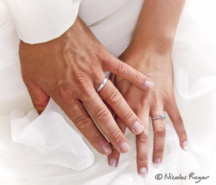 les mains des mariés avec leurs alliances