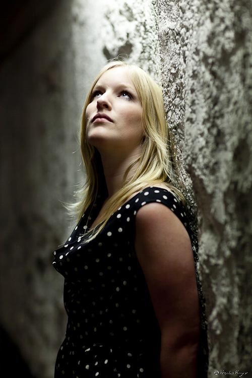 photographie de femme dans un parking souterrain