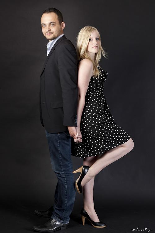 Couple en photographie sur fond noir