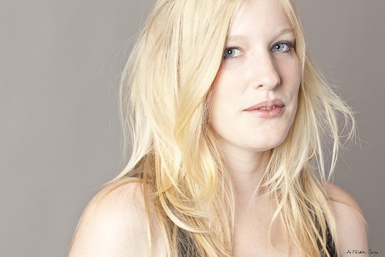 Portrait serré d'une belle femme blonde