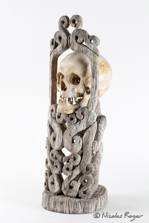Statuaire africaine avec crâne humain