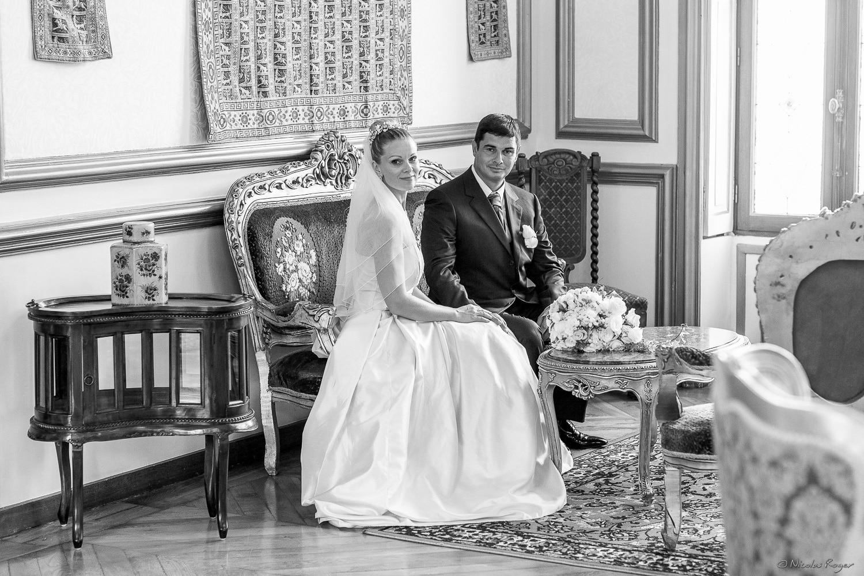 Mariés dans le salon d'un château