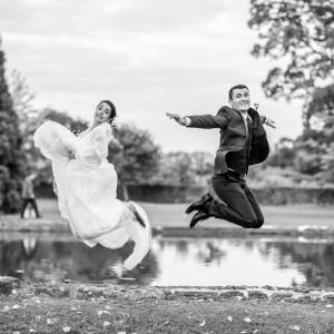 Les mariés se faisant photographier en sautant
