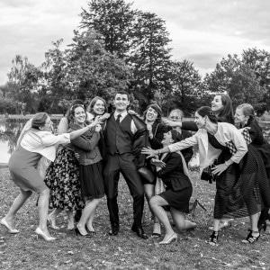 Le marié assiégé par les invités