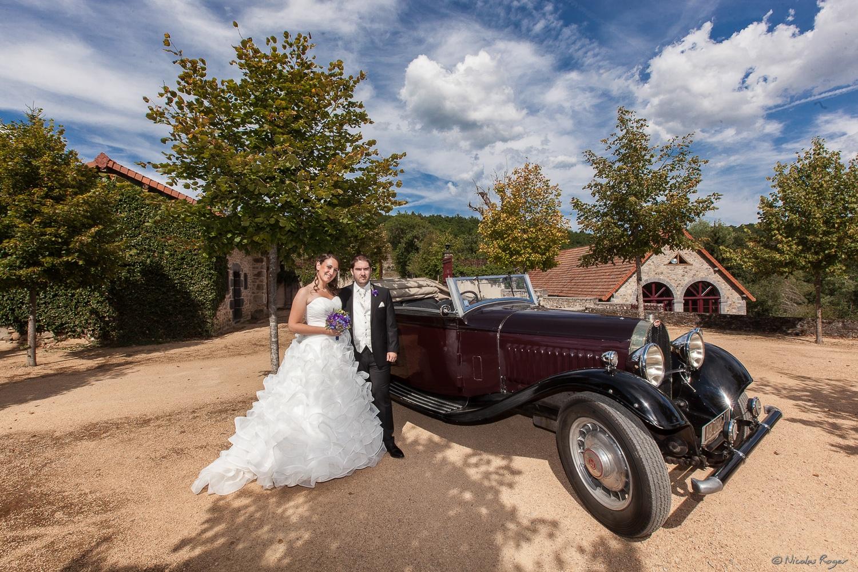 Les mariés dans la cour du château