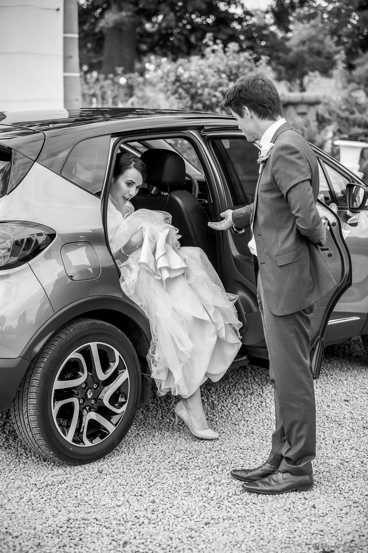 Mariée descendant de voiture