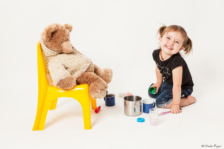 Photographie d'une petite fille qui joue