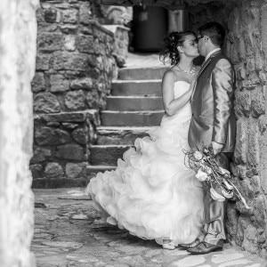 Baiser des mariés pendant la séance de couple