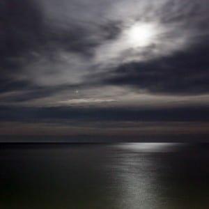 Paysage de nuit en bord de mer