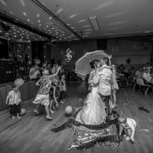 Danse des mariés au parapluie