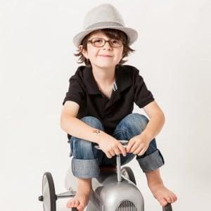 Photographie d'un enfant sur son vélo