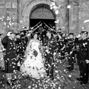 Sortie de l'église des mariés militaires