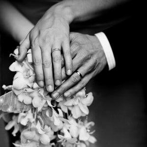 Bouquet et alliances des mariés