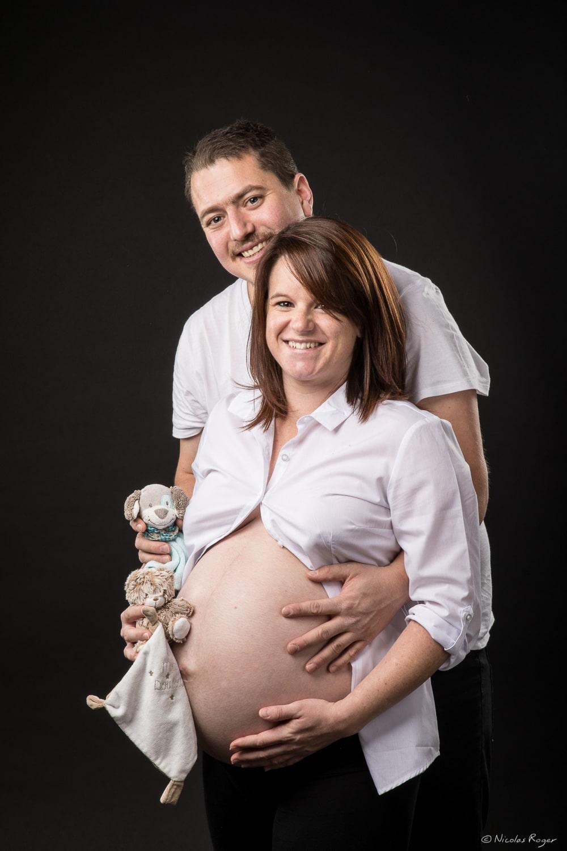 Photographie d'un couple heureux qui attende leur futur enfant