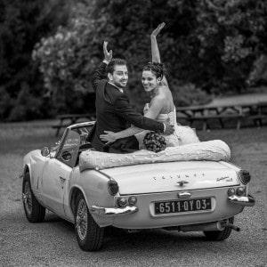 Photographie du départ des mariés en voiture