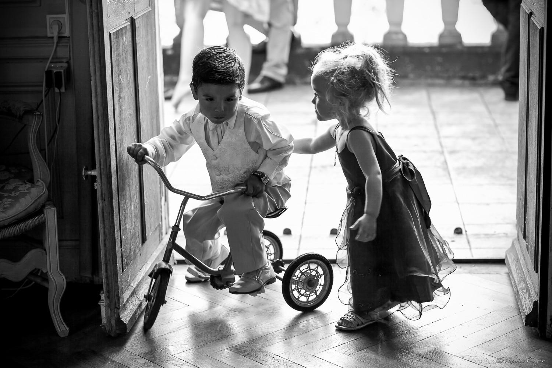 Photographie de jeux d'enfants pendants un mariage