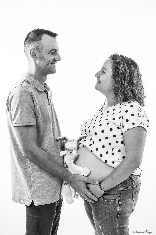 Photographie d'un couple en face à face attendant leur nouveau né.