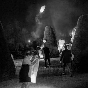 Lanternes volantes durant un mariage