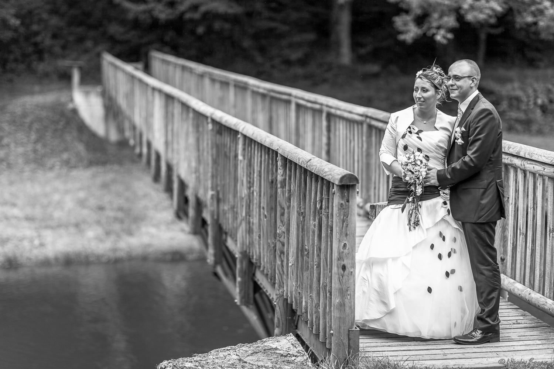 Les mariés à l'entrée du pont