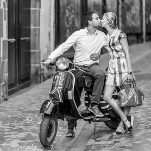 Photographie d'un couple avec leur Piaggio