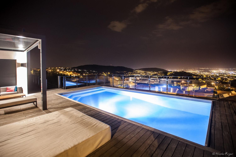 Photographie d'une piscine extérieure en terrasse