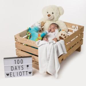 Photographie d'un bébé de 100 jours.