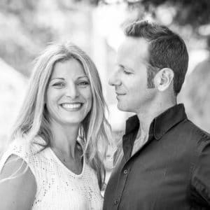 Photographie d'un couple en noir et blanc.
