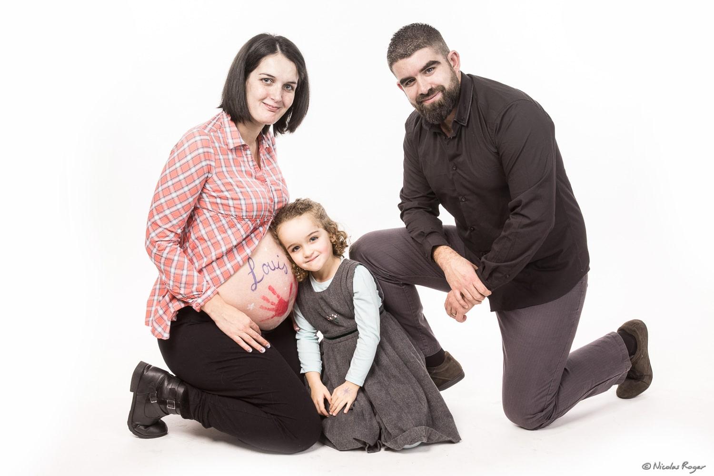 Photographie d'une famille avec leur futur enfant