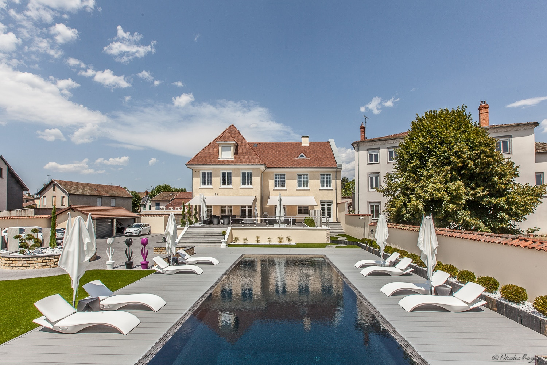 Photographie d'architecture d'une maison avec piscine.