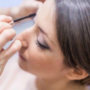Le maquillage pendant les préparatifs de la mariée