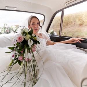 Photographie de la mariée dans la voiture