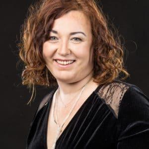 Portrait d'une femme dans un studio photo.