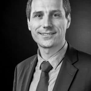 Portrait professionnel en entreprise en noir et blanc