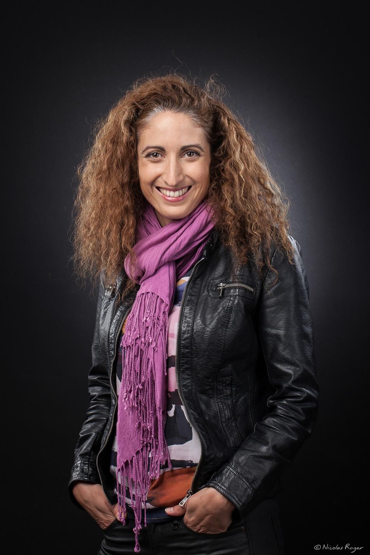 Portrait d'une femme dans un studio sur fond noir.
