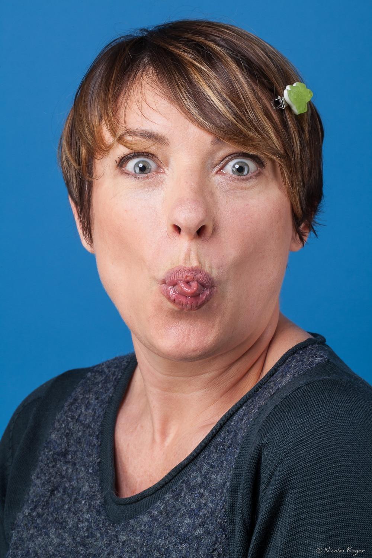 Portrait amusant ou le modèle tire la langue