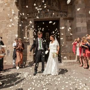 Photographie de la sortie d'église des nouveaux mariés