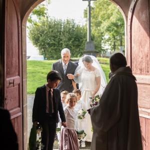 Entrée dans l'église des mariés