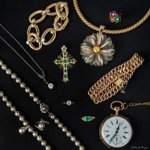 Plaquette de bijoux sur fond noir