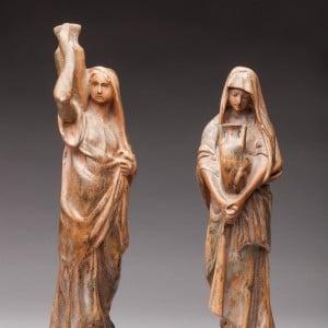 Statues en bois sur fond dégradé