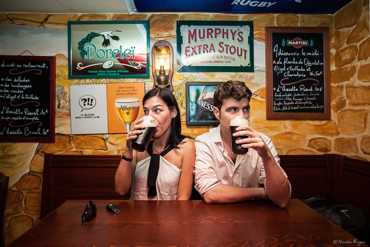Photographie d'un couple dans un bar