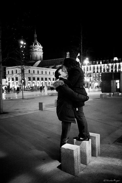 photographie de couple sur la place de Jaude à Clermont-Ferrand