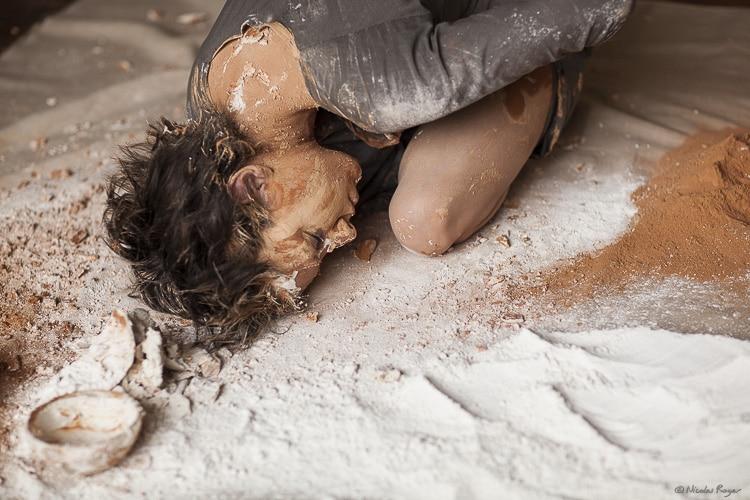Jeune femme moulant des parties de son corps