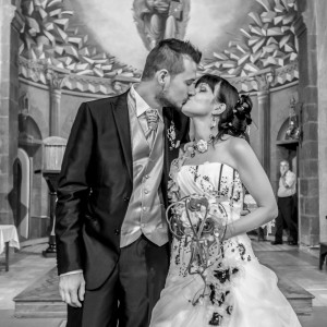 Mariés s'embrassant