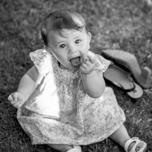 Un bébé dans l'herbe