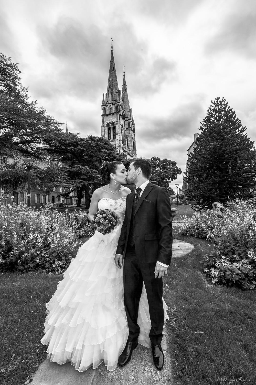 Baiser des mariés lors d'une promenade