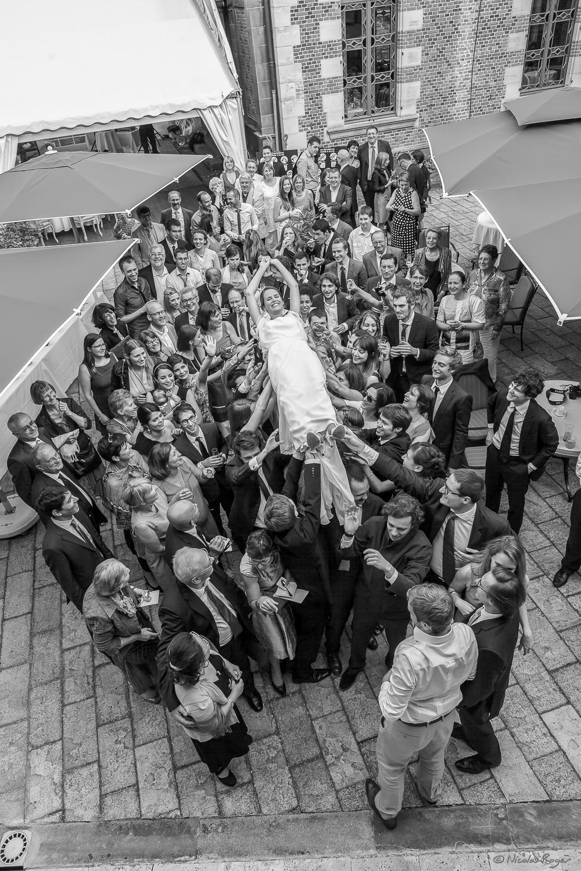 La foule des invités portant la mariée