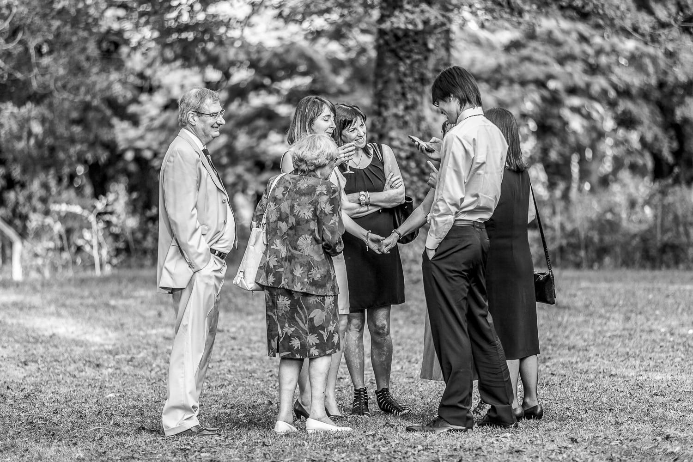 Groupe d'invités dans le parc