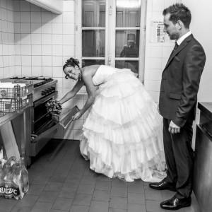 Les mariés dans la cuisine