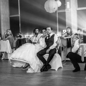 Photographie des mariés lors de la projection-souvenirs de la soirée