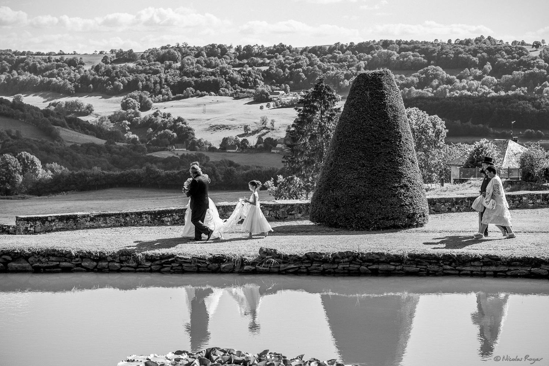 Les mariés dans le paysage du château